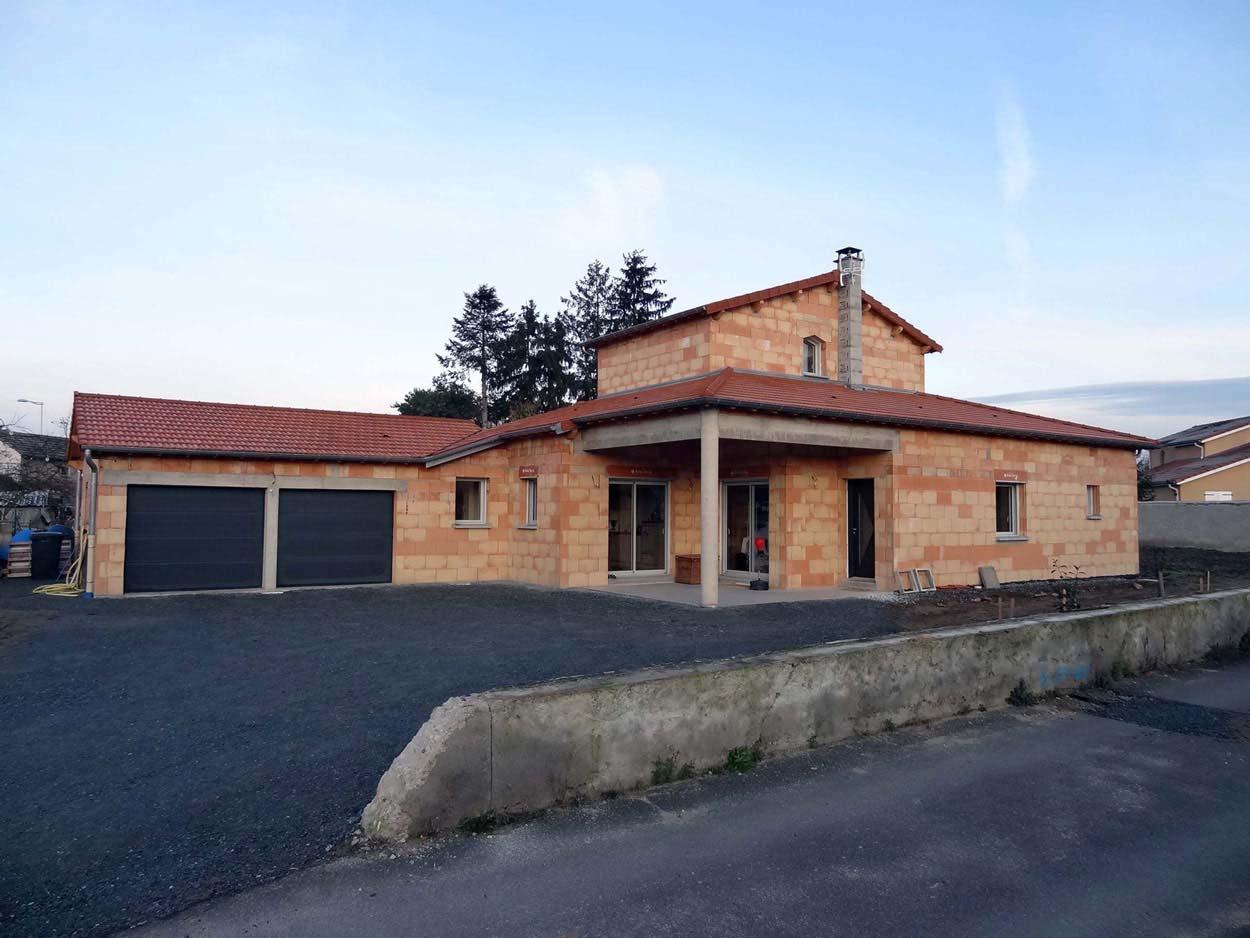 Construction maison balbigny r habilitation extension for Charpente apparente salon